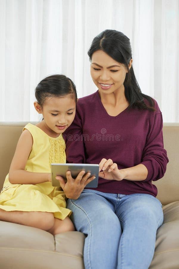 Mutter, die ihre Tochter unterrichtet lizenzfreie stockfotografie