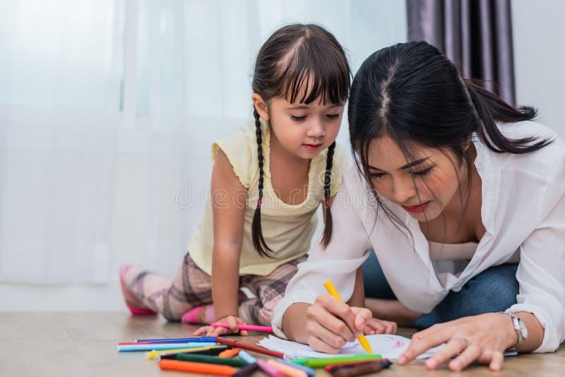 Mutter, die ihre Tochter zum Zeichnen in Kunstunterricht unterrichtet Zurück zu Schule und Bildungskonzept Kinder- und Kinderthem stockbilder