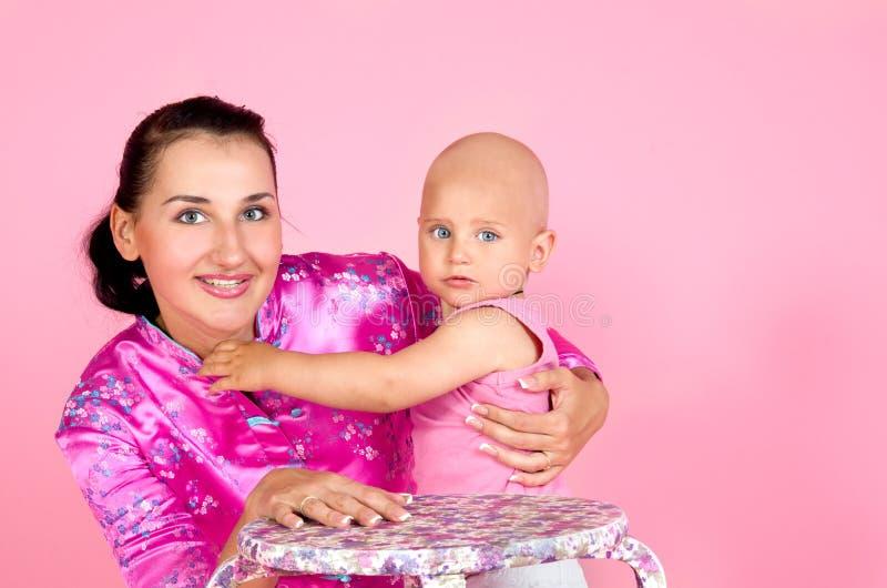Download Mutter, Die Ihren Kleinen Sohn Umarmt Stockfoto - Bild von familie, junge: 26367386