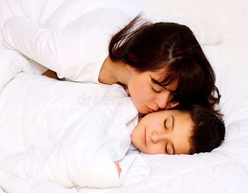 Mutter, die ihren Sohn küßt lizenzfreie stockbilder