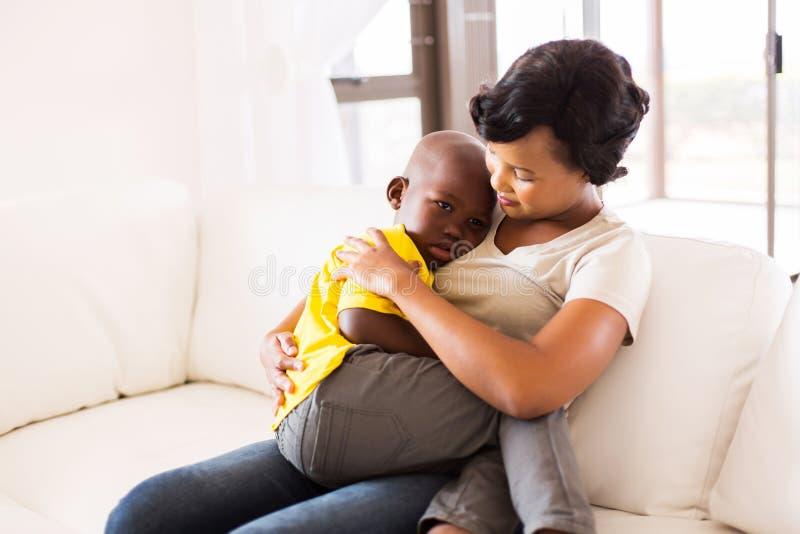 Mutter, die ihren Sohn umarmt lizenzfreie stockfotografie