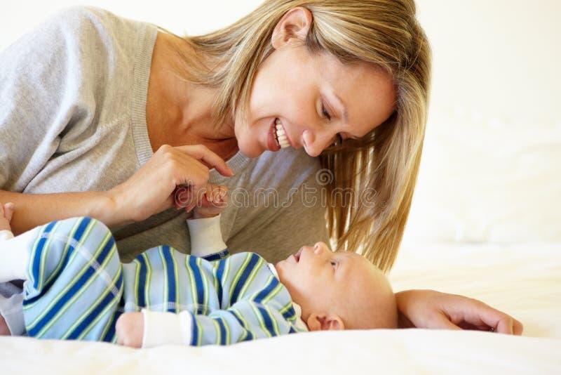 Mutter, die mit Baby spricht stockfotografie