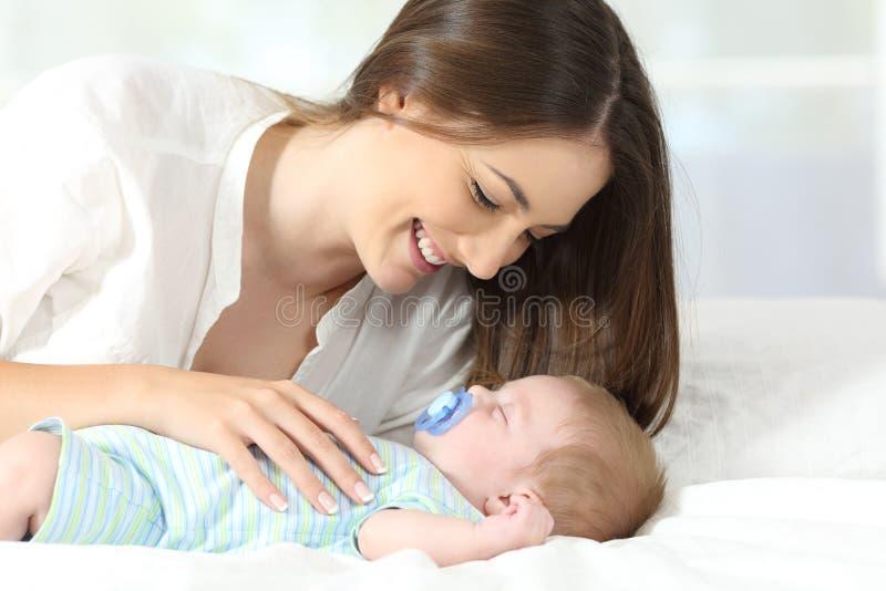Mutter, die mit ihrem Babyschlafen genießt stockbilder