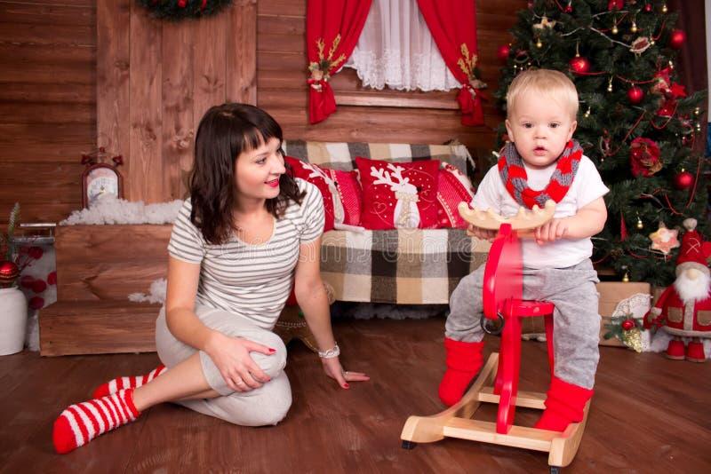 Mutter, die mit ihrem Kind im Weihnachten spielt lizenzfreie stockbilder