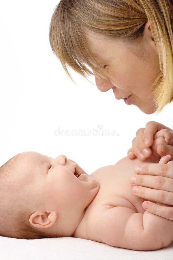 Mutter, die mit ihrem Kind spricht lizenzfreie stockfotografie