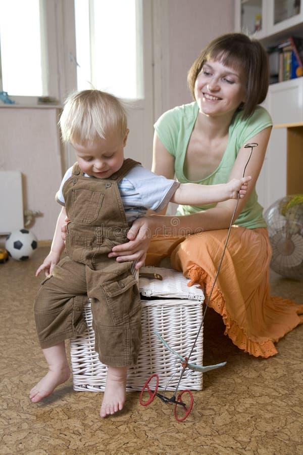 Mutter, die mit ihrem kleinen Jungen spielt lizenzfreie stockfotos