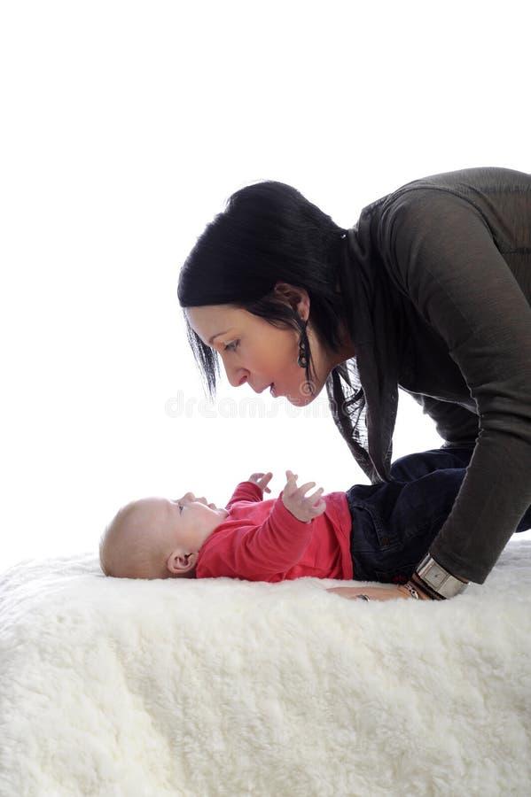 Mutter, die mit ihrem Schätzchen spricht stockfotografie