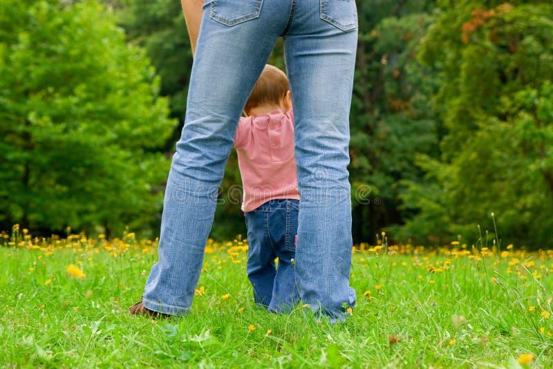 Mutter, die mit Kind geht stockfotografie