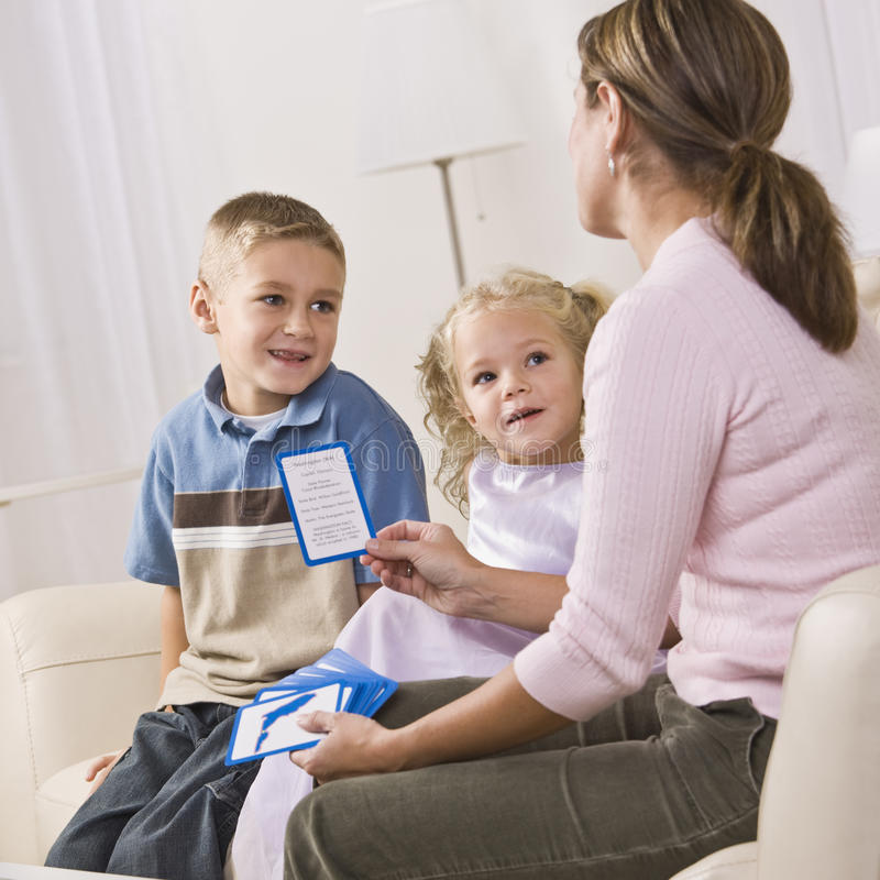 Mutter, die mit Kindern spielt stockfoto