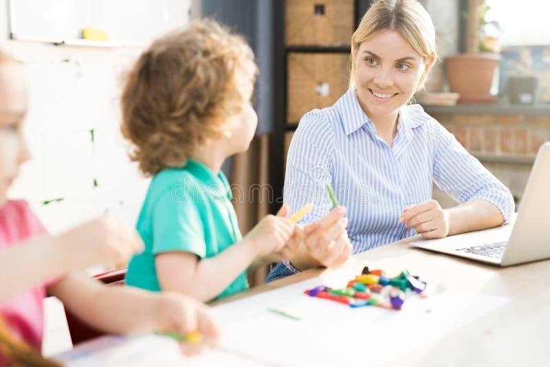 Mutter, die mit Kindern spielt lizenzfreies stockbild