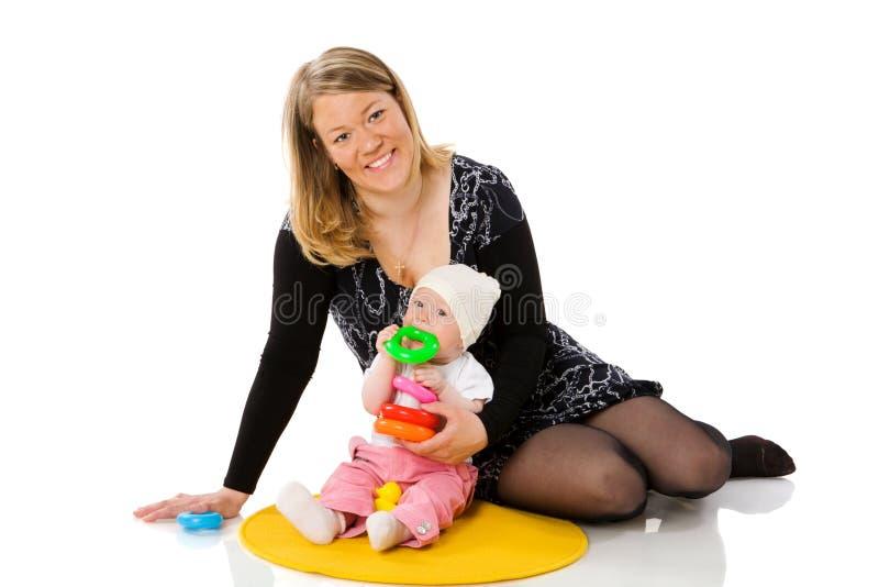 Mutter, die mit Schätzchen spielt stockfotos