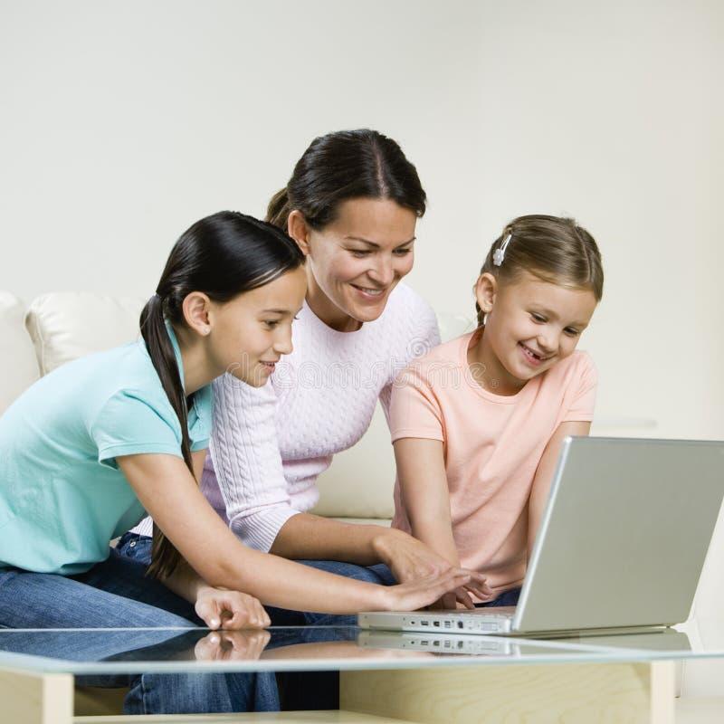 Mutter, die mit Töchtern arbeitet lizenzfreies stockfoto