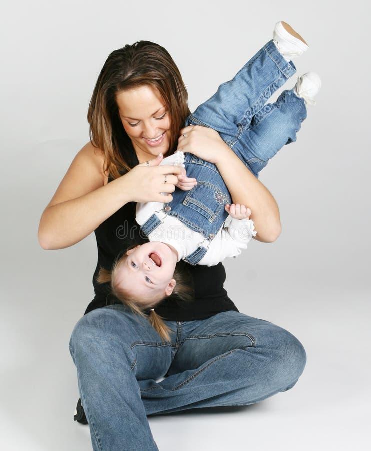 Mutter, die mit Tochter spielt stockbild