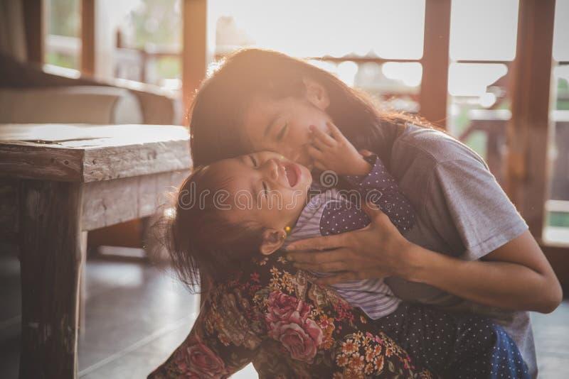 Mutter, die mit Tochter spielt lizenzfreies stockbild