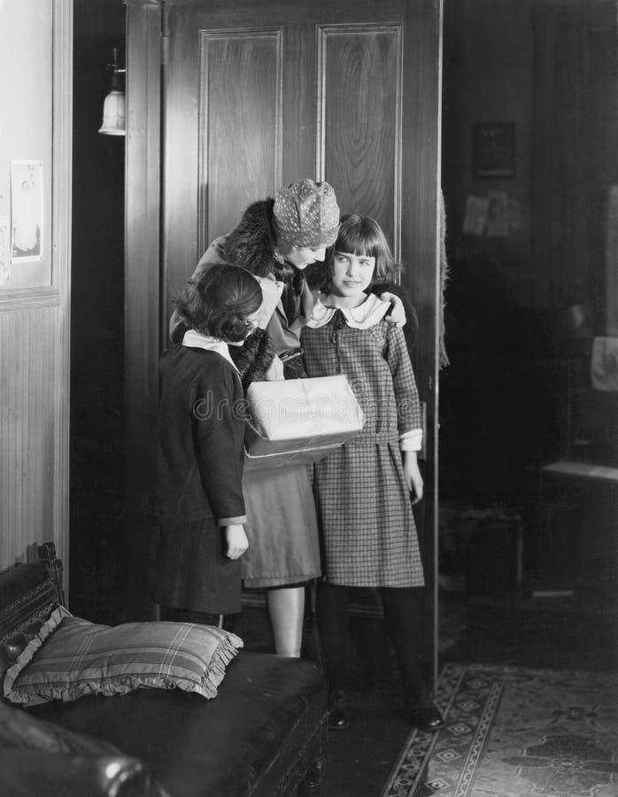 Mutter, die mit zwei Töchtern spricht (alle dargestellten Personen sind nicht längeres lebendes und kein Zustand existiert Liefer stockbilder