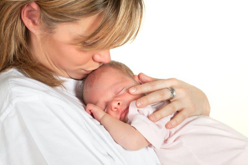 Mutter, die Schätzchen küsst lizenzfreies stockbild