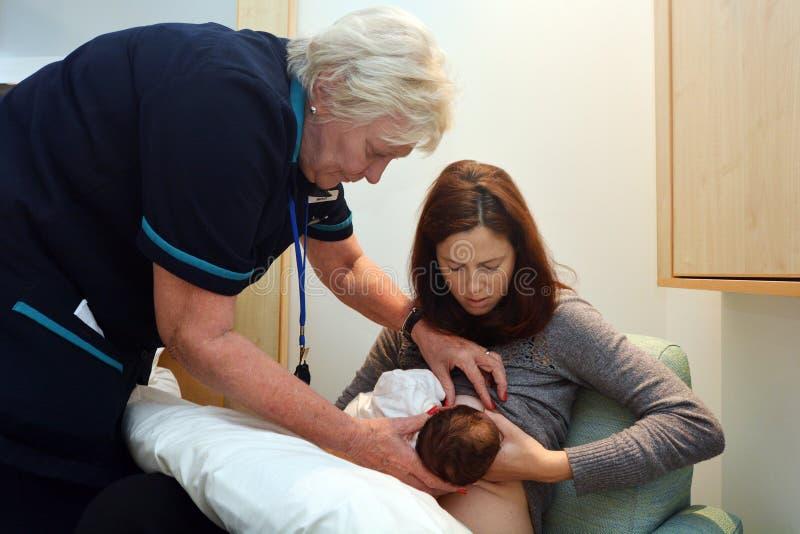Mutter, die sie neugeboren stillt stockfotografie