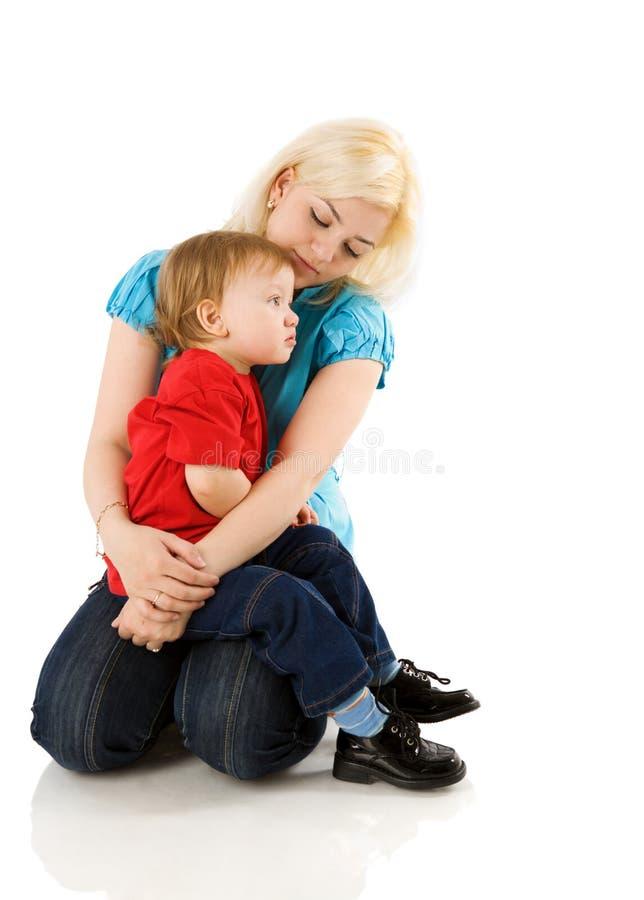 Mutter, die Sohn tröstet lizenzfreie stockfotografie