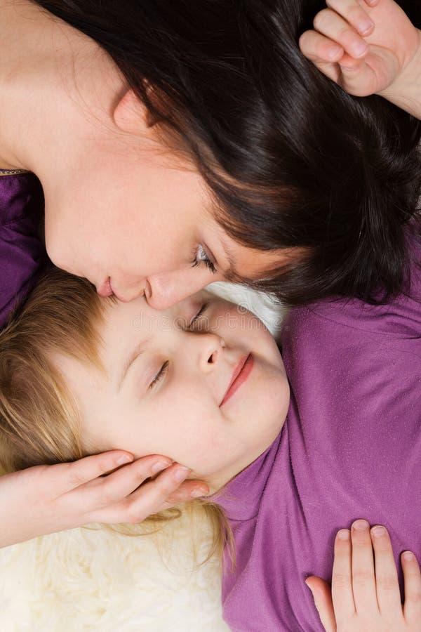 Mutter, die Tochter küßt lizenzfreie stockfotos