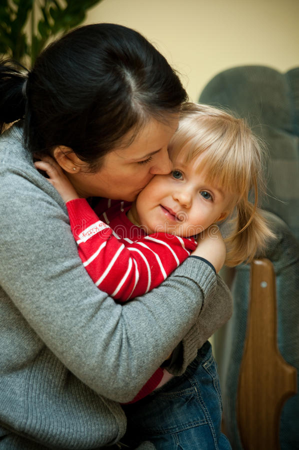 Mutter, die Tochter umarmt stockbild