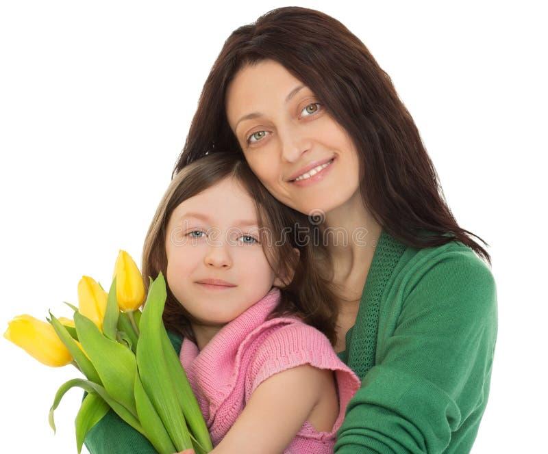 Mutter, die Tochter umarmt lizenzfreies stockfoto