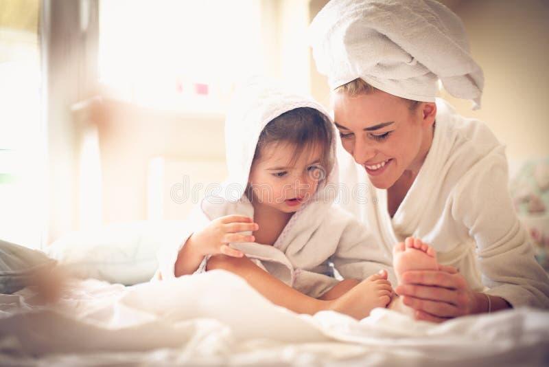 Mutter, die Zeit mit ihrem Kind verbringt lizenzfreie stockfotos