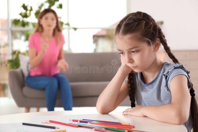 Mutter, die zu Hause Kind schilt lizenzfreies stockbild