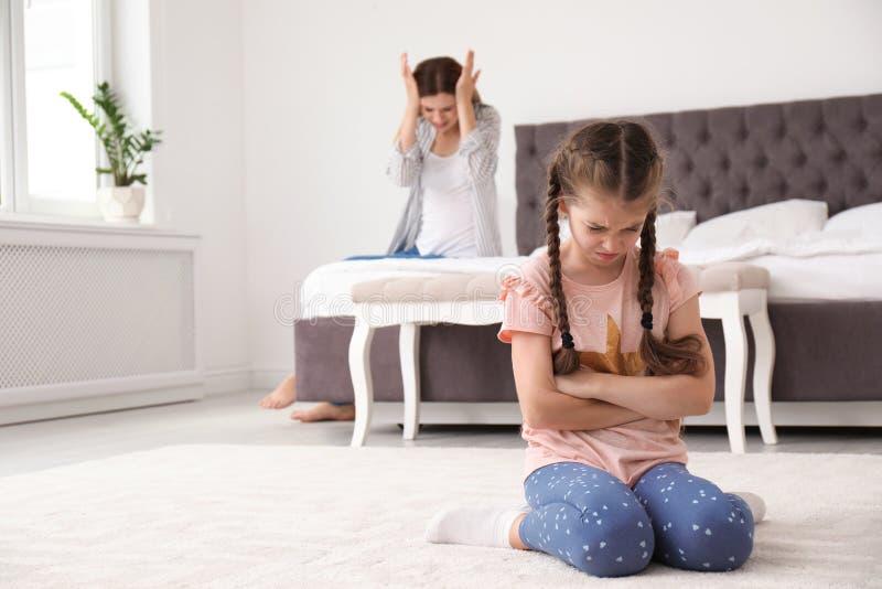 Mutter, die zu Hause Kind schilt stockfoto