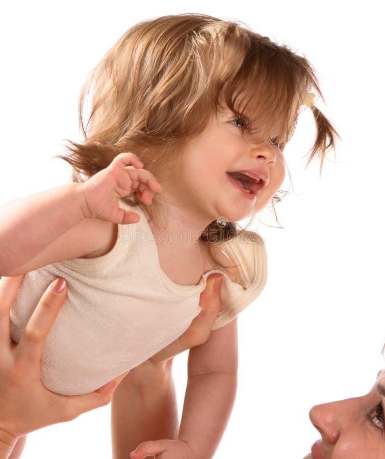 Mutter hält ein Schätzchen auf Händen 2. an. lizenzfreie stockfotos