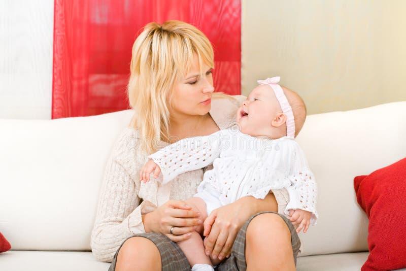 Mutter halten ihr Baby zu Hause an stockfoto