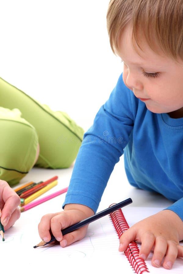 Mutter helfen ihrem Sohn mit Zeichnung. stockfoto