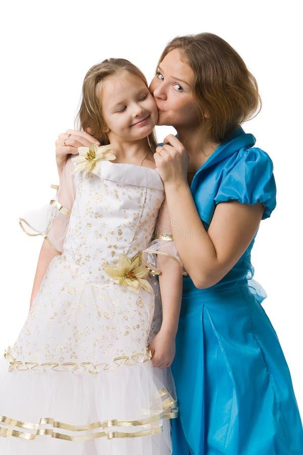 Mutter küßt Tochter stockfotos