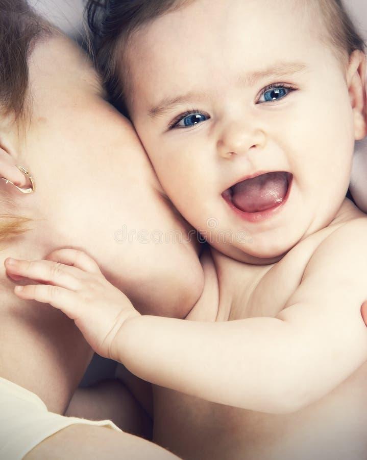 Mutter küsste ihr kleines Baby, Nahaufnahme stockfotografie