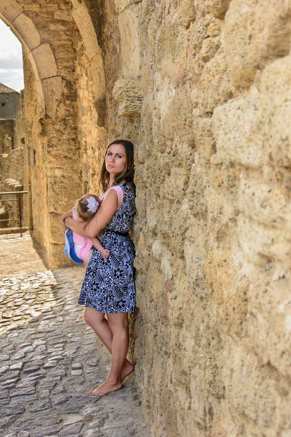 Mutter kleidete oben mit einer kleinen Tochter auf den Wänden der Akerman-Festung an stockfoto