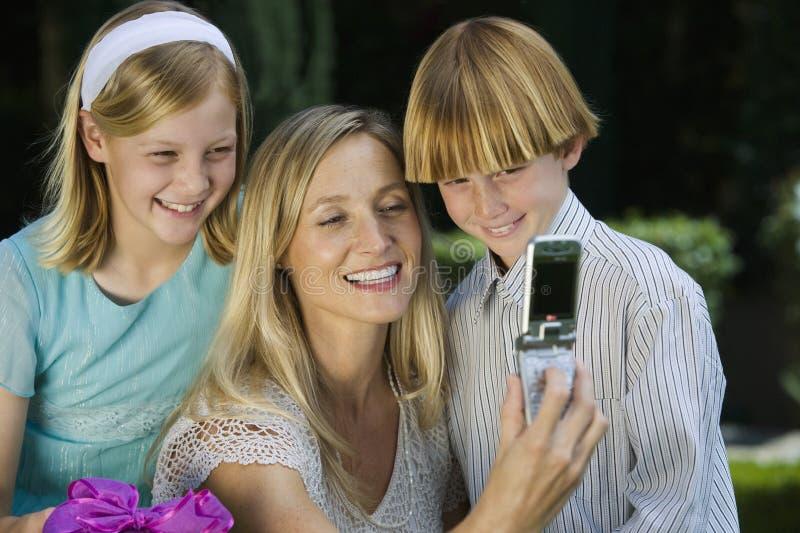 Mutter-klickendes Selbstfoto mit Kindern lizenzfreies stockfoto