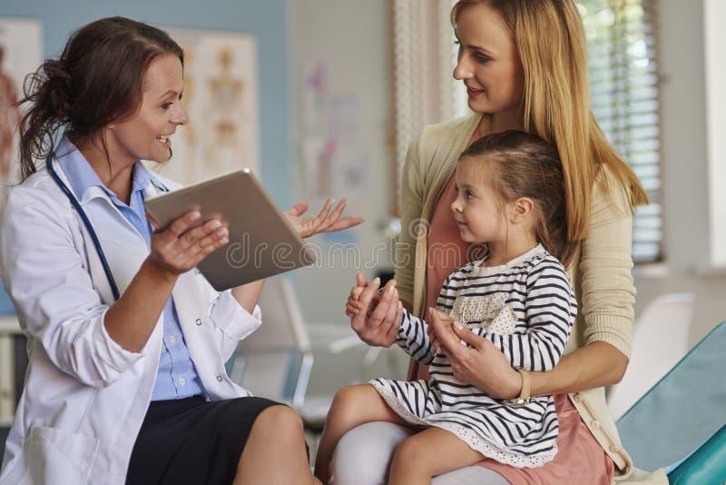 Mutter mit Baby in der Arztpraxis lizenzfreie stockbilder