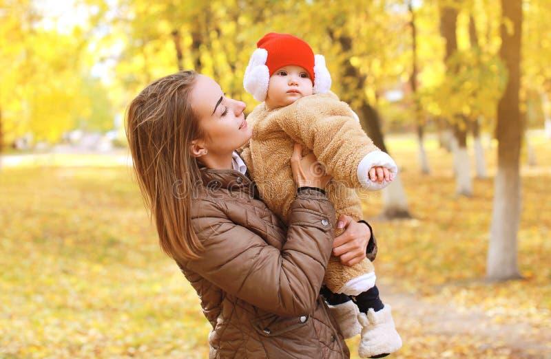 Mutter mit Baby geht in Herbstpark stockbild