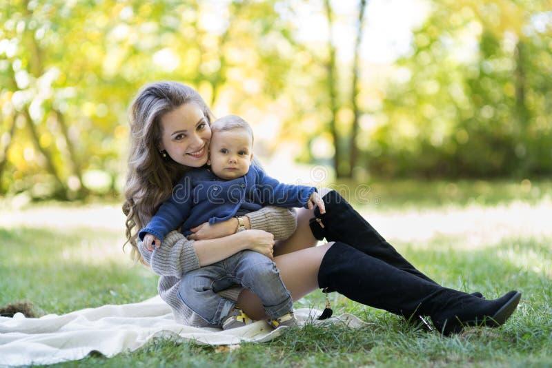 Mutter mit Baby im Herbstpark lizenzfreies stockfoto
