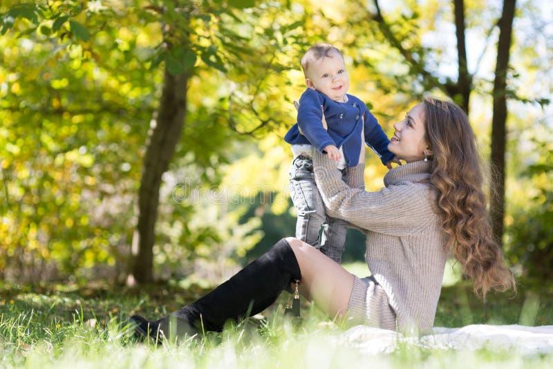 Mutter mit Baby im Herbstpark lizenzfreie stockbilder