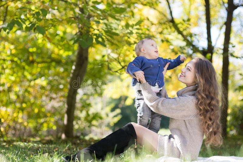 Mutter mit Baby im Herbstpark stockbild