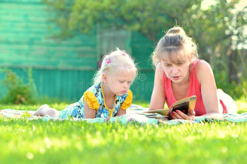 Mutter mit dem Kind, das zusammen in der Natur genießt lizenzfreie stockfotografie