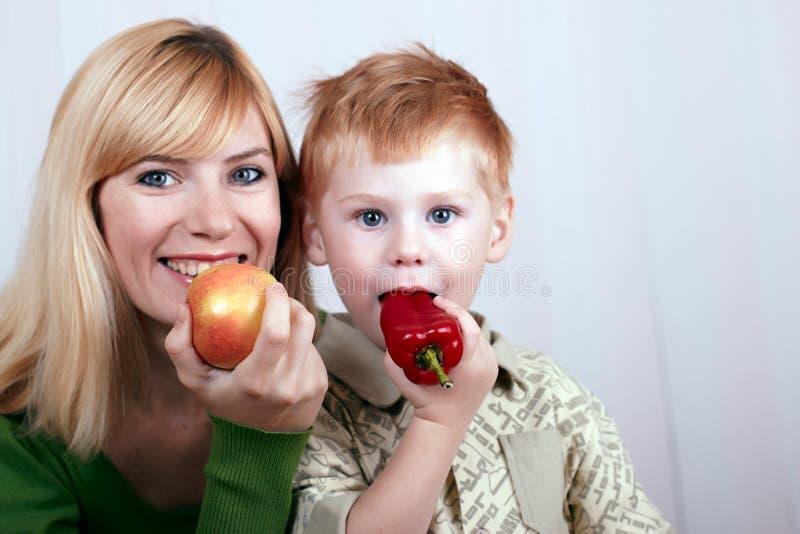 Mutter mit dem kleinen Sohn lizenzfreie stockfotos
