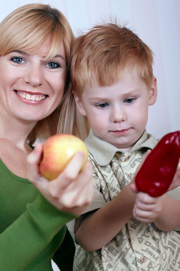 Mutter mit dem kleinen Sohn lizenzfreies stockfoto