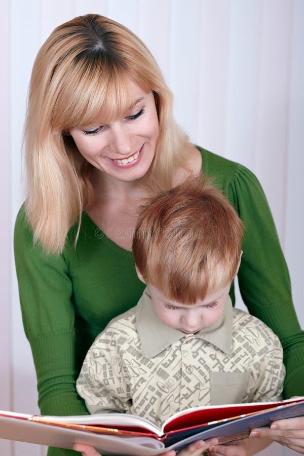 Mutter mit dem kleinen Sohn stockfoto