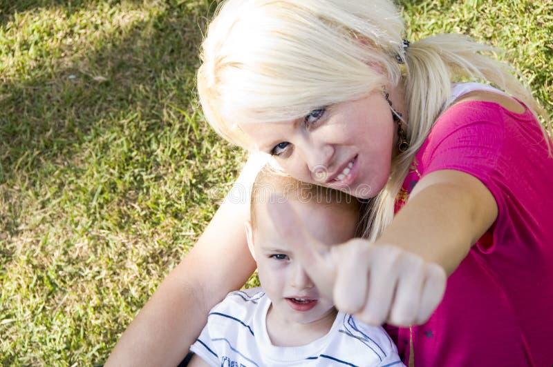 Mutter mit den Daumen up Handgeste lizenzfreies stockbild