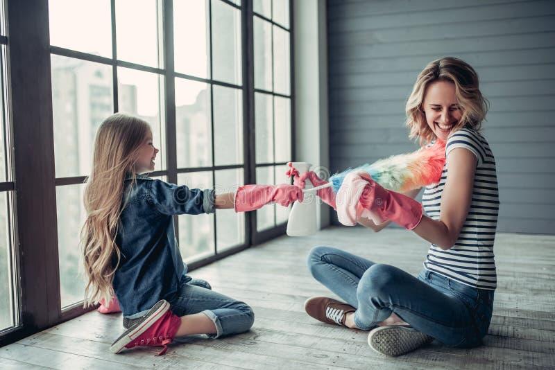 Mutter mit der Tochter, die Reinigung tut lizenzfreies stockbild