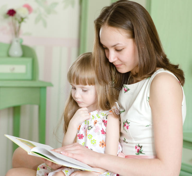 Mutter mit der Tochter las das Buch lizenzfreies stockfoto