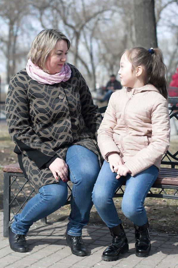 Download Mutter Mit Der Tochter Sitzen Auf Einem Shop Im Park Stockbild - Bild von portrait, leute: 90229063