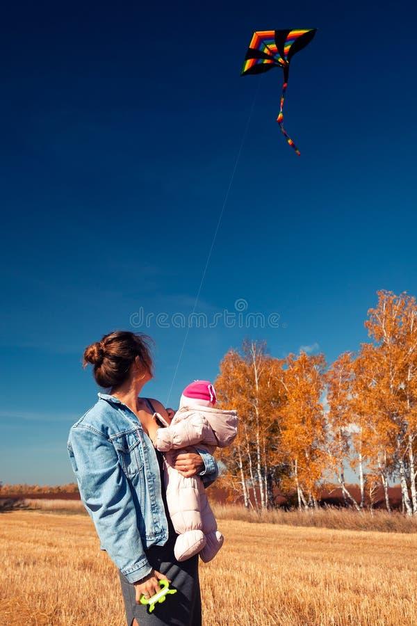 Mutter mit Drachen lizenzfreies stockfoto