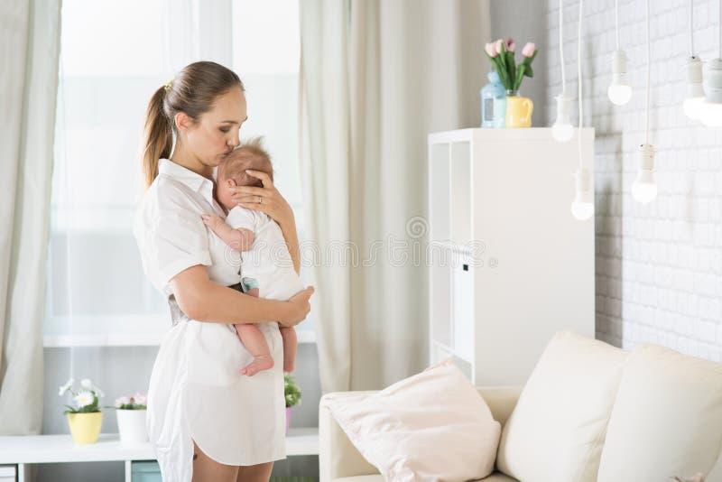 Mutter mit einem neugeborenen Baby lizenzfreie stockfotos